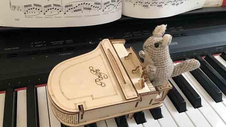 ピアノを弾くリスちゃん